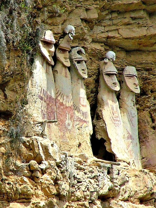 Antiguamente, todos los sarcófagos de Karajía lucían sobre sus cabezas el cráneo ritual de algún enemigo vencido, que les confería majestad y poder, tal y como podemos observar en dos de los sarcófagos de la imagen. (Sophie Robson/CC BY-SA 2.0)