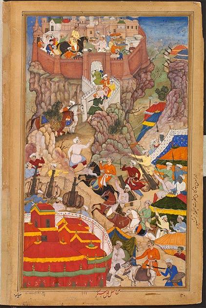 Izquierda: bueyes arrastrando armas de asedio colina arriba durante el ataque de Akbar al fuerte de Ranthambhor en 1568. (Dominio público) Derecha: entrada de Akbar al fuerte de Ranthambhor en 1569 después de la sumisión del Rajput. (Dominio público)