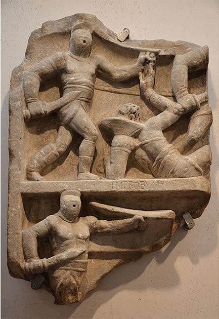 Relieve romano mostrando gladiadores luchando. En la imagen superior un secutor de pie lucha contra un retirarius tirado en el suelo, mientras que debajo otro secutor está en acción. (Siguiendo a Adriano / CC BY-SA 2.0)