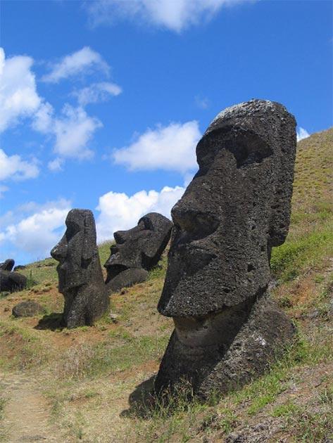 """él ahora mundialmente famoso, gigantescas cabezas """"Moai"""" de Isla de Pascua - la mayoría están acompañadas con cuerpos aún más grandes enterrados bajo tierra. (Dominio publico)"""