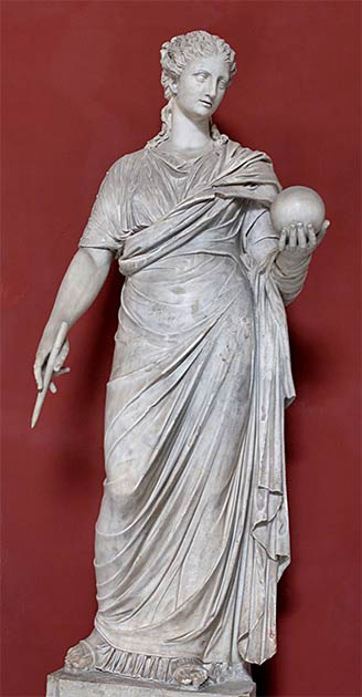"""Una estatua de mármol romana del siglo IV d.C., (copiada de los originales griegos) de Urania, la musa norteafricana de la astronomía que Elagabalus """"casó"""" con otra deidad, lo que causó gran indignación en Roma. (Museos Vaticanos / Dominio público)"""