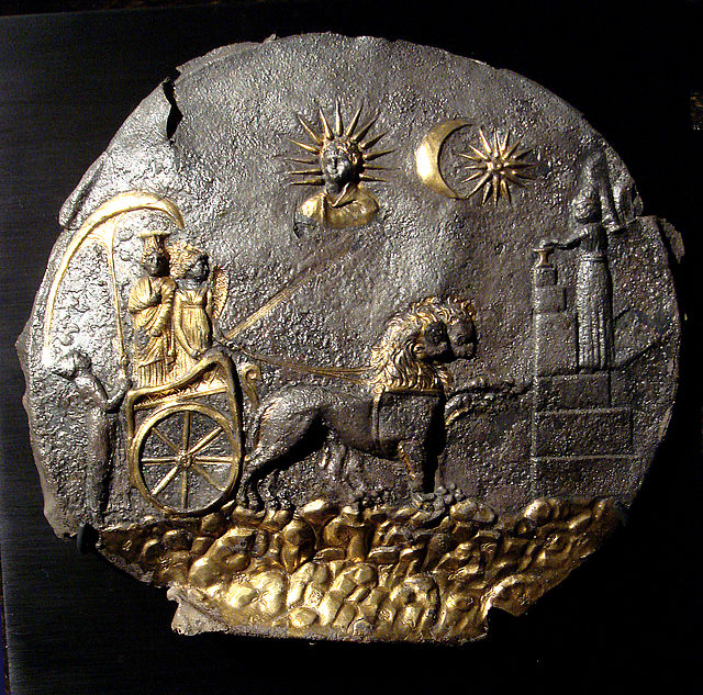 Cibeles se aproxima a un sacrificio votivo (derecha) en su carro arrastrado por leones-Placa-de-Ai-Kanou-Bactria-Afganistan-Public Domain