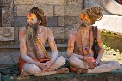 Dos sadhus hindúes cerca del Templo de Pashupatinath en Katmandú, Nepal (Wikimedia Commons)