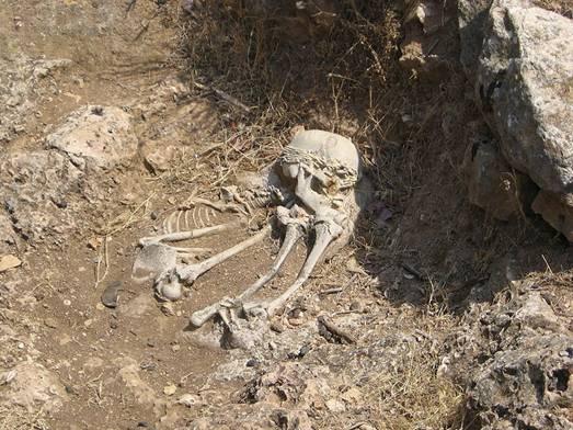 """Reconstrucción de un enterramiento Natufiense en la """"Terraza de El-Wad"""", yacimiento arqueológico situado en """"Nahal Me'arot"""" (Israel)-WikiCommons"""