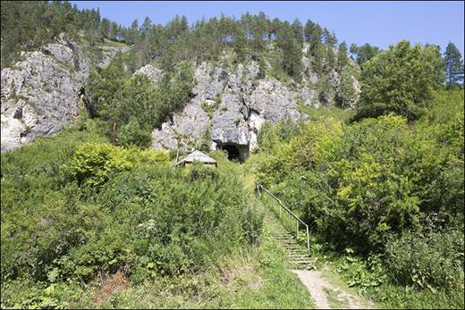 El lugar en el que se ubica la cueva es, en realidad, un cañón entre los dos picos principales: el Karakol y el monte Sosnosvaya