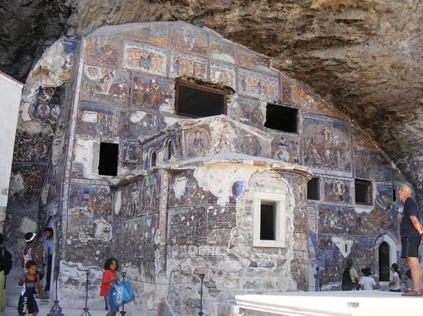 La iglesia de la Roca de Sumela cubierta de frescos (Wikimedia Commons)
