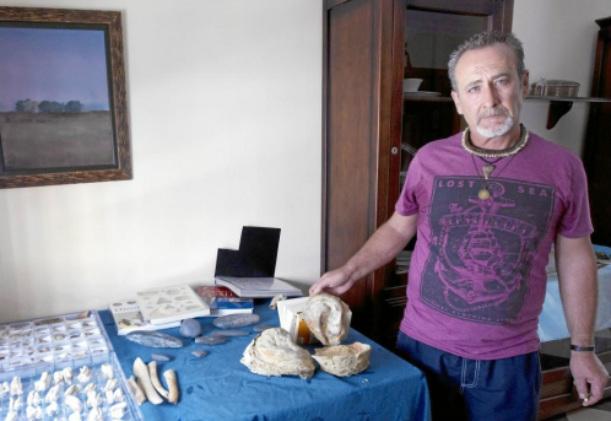 Manuel González Blanco mostrando una pequeña parte de su colección. (Foto: La Razón)