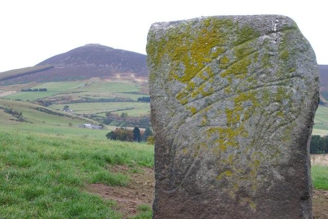 """La """"Craw Stane"""", otro monumento Picto de piedra en cuyos grabados se pueden observar un salmón y otro animal no identificado. (CC BY-SA 2.0)"""
