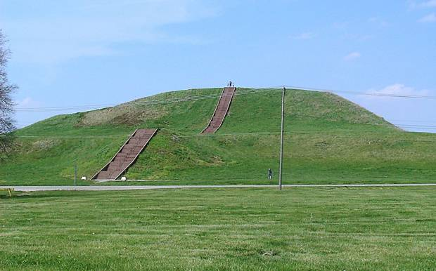 El Monks Mound a día de hoy: el monumento de tierra de mayor tamaño de Norteamérica y la mayor pirámide americana al norte de México. El Monks Mound es un túmulo de un tipo diferente al del túmulo 72, en el que se encontraron enterradas víctimas de sacrificios humanos. (Foto: Skubasteve834/Wikimedia Commons)