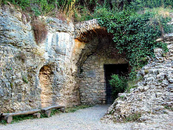 Boca sur de acceso a la Cuevas del Toll (Wikimedia Commons)