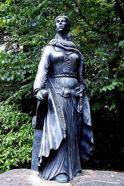 """Grace O'Malley tuvo tanto éxito que la Reina de Inglaterra """"la dejó ir"""". (Suzanne Mischyshyn / Condado de Mayo - Terrenos de la casa de Westport - Estatua de Grace O'Malley)"""