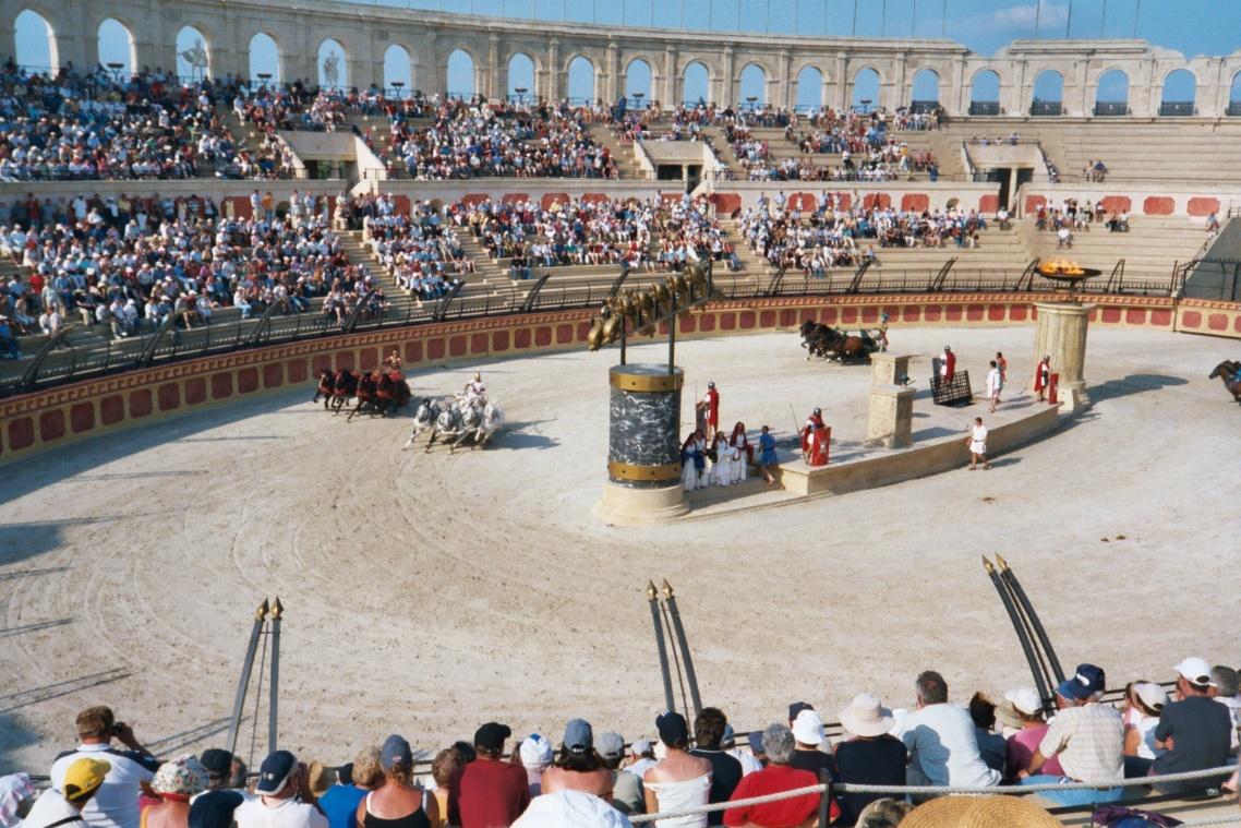 Moderna reconstrucción de una carrera romana de cuádrigas en el parque temático Puy du Fou (Fotografía de Midx1004/Wikimedia Commons)