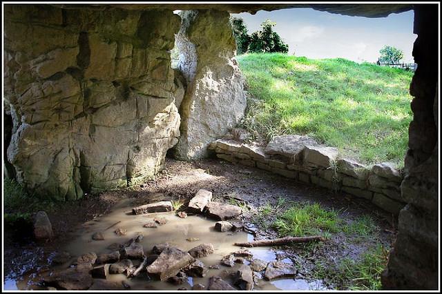 Charco embarrado en el interior del dolmen de Tinkinswood (Foto: Ben Salter)