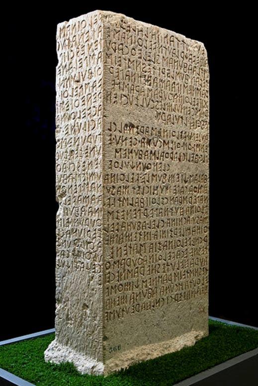 Cippus Perusinus, una estela de piedra con texto runico etrusco