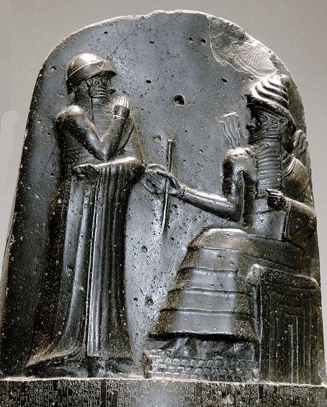 """La más perfecta estela de basalto, el """"Código de Hammurabi"""". Hammurabi (de pie), recibiendo la insignia real de Shamash Circa 1792 - 1750 a. C. Wikimedia Commons"""