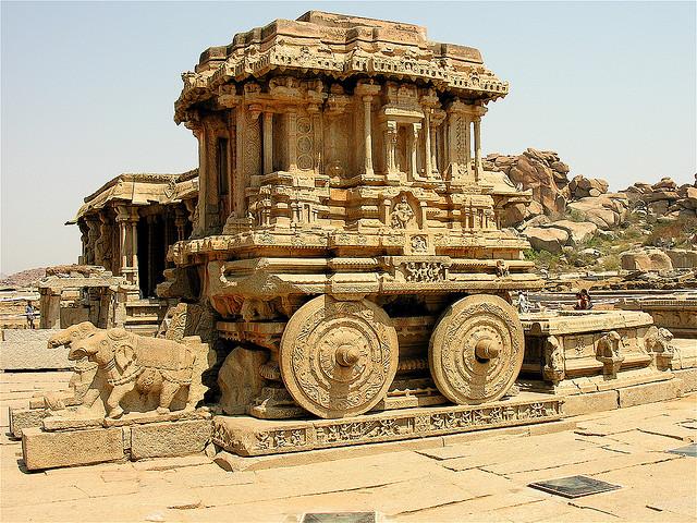 Frente al Templo Vittala de Hampi, India, se encuentra el carro de piedra o ratha más famoso del mundo. Jon Hurd/Flickr
