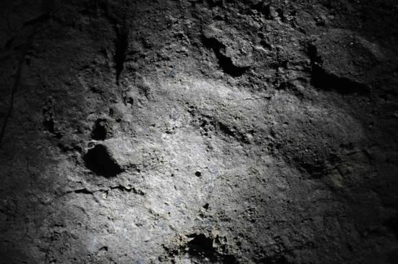 Huella de pisada descubierta en la cueva Ciur-Izbuc de los Montes Cárpatos. (World Archaeology)
