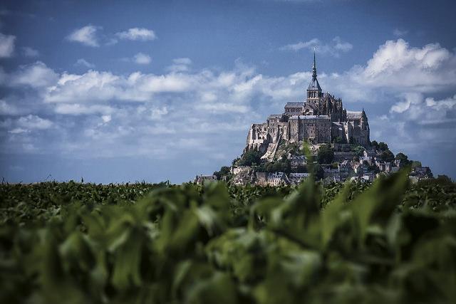 Como si formase parte de una antigua leyenda, el Monte St-Michel se alza sobre un islote rocoso en medio del océano. (Lex Kravetski/CC BY 2.0)