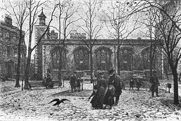 Fotografía de 1.900, de la Plaza de las Ejecuciones en el interior de la Torre de Londres, donde se ve uno de sus famosos cuervos (Wikimedia Commons)
