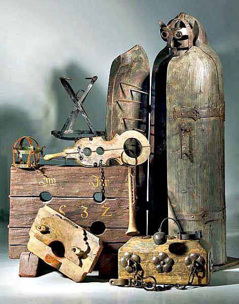 """Instrumentos de tortura y una rudimentaria """"Doncella de hierro"""" similares a los utilizados por la Condesa Sangrienta (Wikimedia Commons)"""