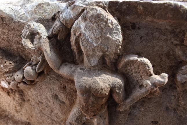 Uno de los cupidos del sarcófago de piedra caliza descubierto recientemente en Ascalón, Israel (Debbie Hill/UPI)