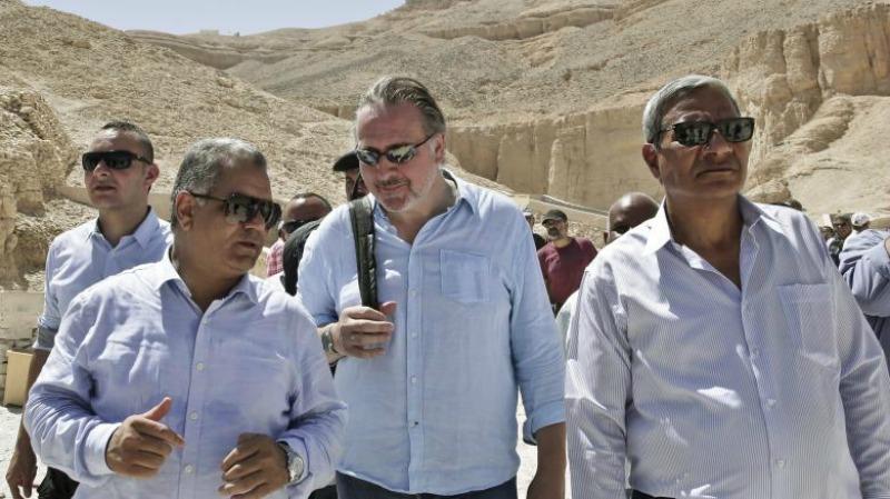 El ministro egipcio de Antigüedades, Mamduh el Damati, charla con Nicholas Reeves mientras recorren diversas tumbas del egipcio Valle de los Reyes. (Fotografía: Die Welt)