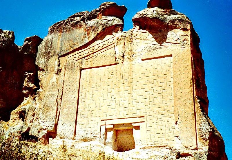 """La """"Tumba de Midas"""": un ancestral túmulo funerario cercano a Gordión, antigua capital del reino de Frigia, en cuyas inscripciones se ha podido leer la palabra """"Mida"""". (China Crisis/CC BY-SA 2.5)"""