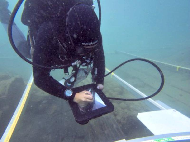 El Departamento de Antropología de la Universidad del Sur de California, colaborando con la investigación, ha aportado unos Ipads en cajas estancas, pioneros a nivel mundial, con los que los científicos pueden dibujar bajo el agua en tiempo real. (Fotografía: Espejo de Navegantes/ABC)