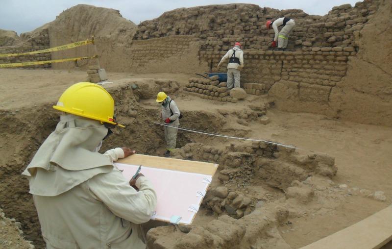 Iniciando los trabajos de investigación de la Huaca Toledo de Chan Chan. (Fotografía: Andina - Agencia Peruana de Noticias)