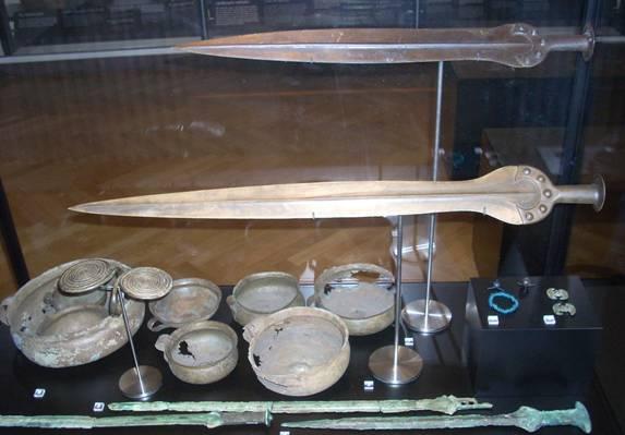 Espadas-y-objetos-Edad-del-Bronce-Nationalmuseet-Dinamarca.jpg