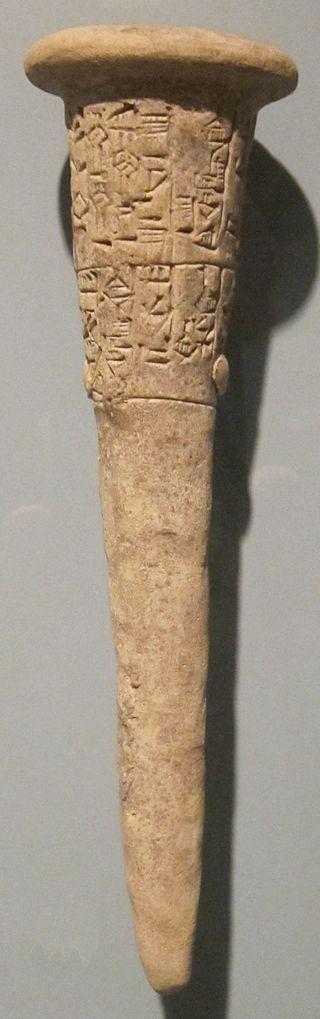 Depósito de fundación (estaca ritual de fundación), Babilonia (Iraq), c. 2.500 a. C., terracota. Public Domain