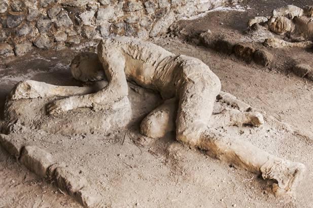 Algunas víctimas de Pompeya aparecen sentadas o tumbadas tal y como estaban cuando la nube de gas ardiente les envolvió. (Bigstock photo)