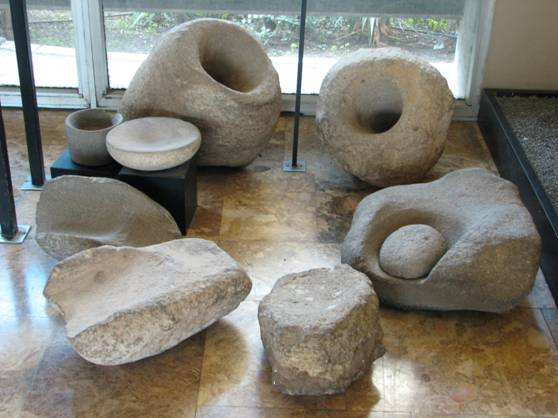 Morteros gigantes de la cultura Natufiense (Wikimedia Commons)