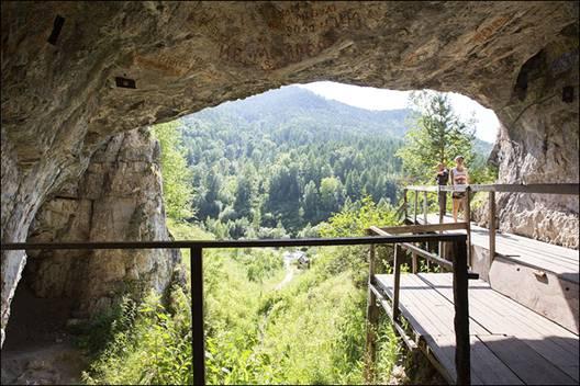 El lugar en el que se ubica la cueva es, en realidad, un cañón entre los dos picos principales:el Karakol y elSosnosvaya-2