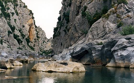 El río Verdouble por debajo de la Cueva de Arago, cerca de Tautavel (región de Perpiñán), Francia (Wikimedia Commons)