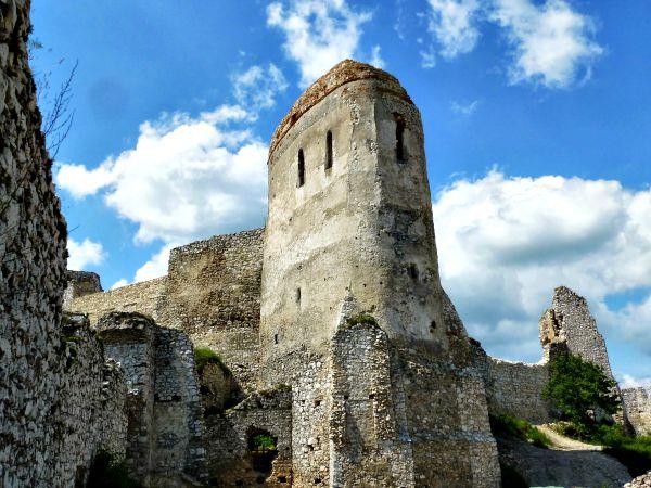 Torre del Castillo de Cachtice donde Erzsébet cometía sus atroces asesinatos (Wikimedia Commons)