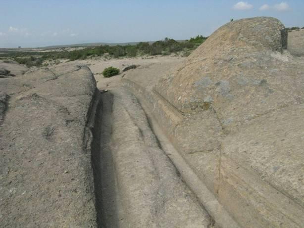 Fotografía que muestra las marcas de líneas horizontales a lo largo de las paredes de los surcos. ¿Las dejaron los extremos puntiagudos de los ejes de antiguos vehículos? Foto: Alexander Koltypin, Dopotopa.com
