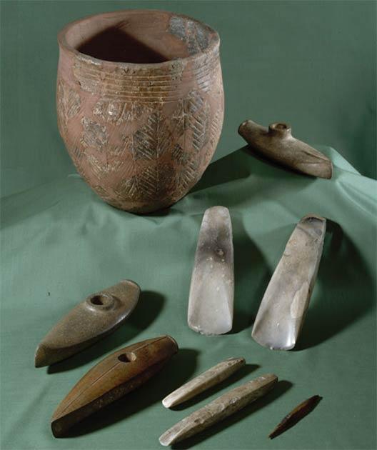 Las llamadas hachas de batalla en forma de barco son típicas de la cultura de hacha de batalla de Bornholm. Los recipientes y hachas de cerámica, los cinceles y las flechas hechas de sílex también son comunes como obsequios graves en la isla de Bornholm. (Museo Nacional de Dinamarca)