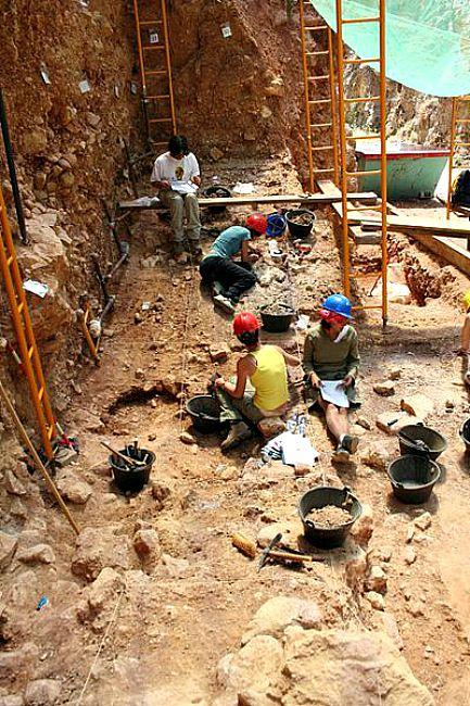 Miembros del equipo científico de Atapuerca trabajando en uno de los yacimientos. (Wikimedia Commons)