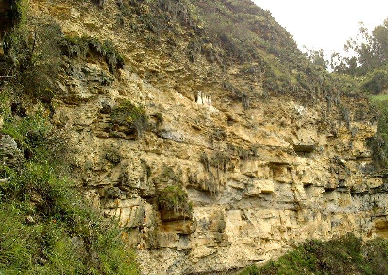 Vista panorámica de los sarcófagos, situados sobre una cornisa de la pared de roca, a 2700 metros de altitud. (Mihal/CC BY 2.0)