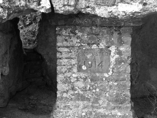 Pilar de ladrillos con la fecha de la excavación en el dolmen de Tinkinswood (Foto: Judy Davies)