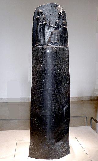 """Estela completa del """"Código de Hammurabi"""". Museo del Louvre, París. Wikimedia Commons"""