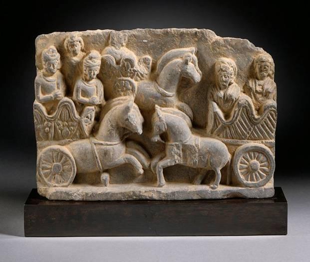 Una escena con carros de guerra en Pakistán, concretamente en la región de Gandhara, siglo III. Public Domain