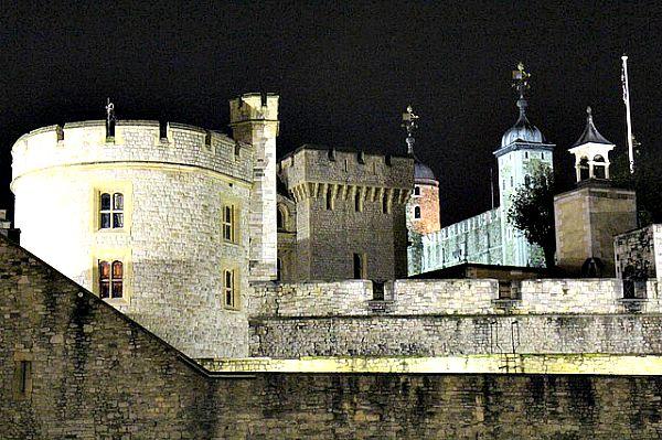 Panorámica nocturna de la Torre de Londres (Public Domain)