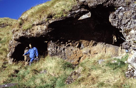 Cueva-de-Seljalandshellar-Islas-Westman-Islandia.jpg