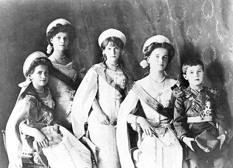 Fotografía tomada en 1910 de las cuatro Grandes Duquesas y el Zarévich, los cinco hijos del zar Nicolás II, asesinados junto con sus padres el 17 de julio del año 1918. (Wikimedia Commons)