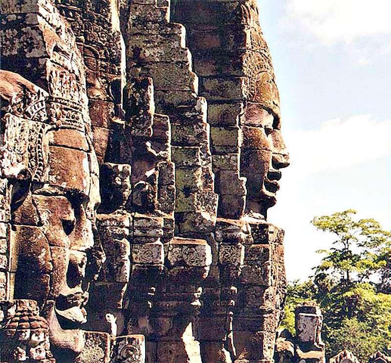 Algunas de las magníficas esculturas que decoran los muros del Templo Bayon. (Wikimedia Commons)