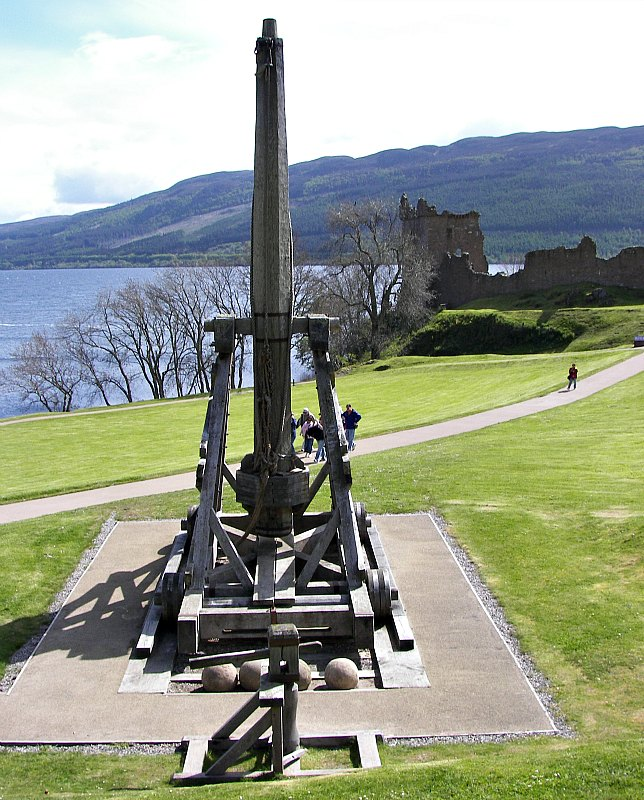 El Castillo de Urquhart fue testigo –y motivo- de numerosas batallas entre escoceses e ingleses, así como entre los distintos clanes de Escocia. En la foto, un Lanzapiedras, máquina de asedio medieval, expuesto en la llanura del Castillo de Urquhart, visible al fondo. (Wknight94/CC BY-SA 3.0)