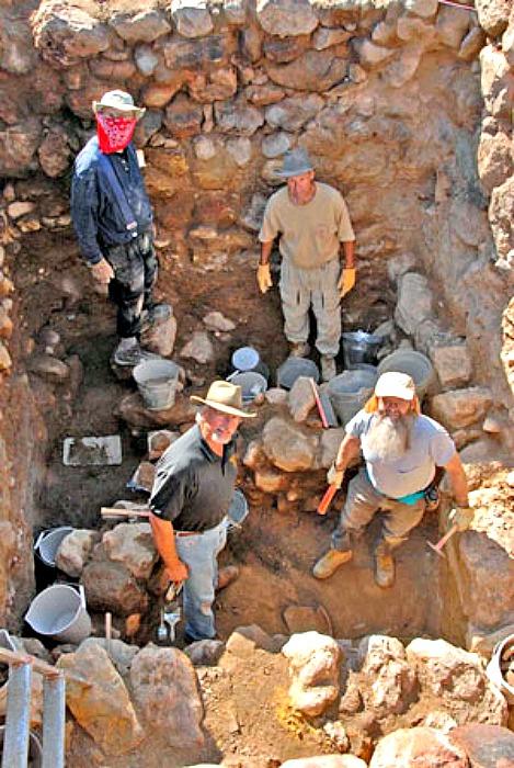 """Unos cuatro metros por debajo de la moderna superficie de Tall el-Hammam, los excavadores llegaron a una vivienda de mediados de la Edad del Bronce ubicada en un """"estrato de destrucción"""" que se encuentra unos tres metros por debajo de los estratos de la Edad del Hierro. Abajo a la izquierda, Steven Collins, director del proyecto (Fotografía: biblearchaeology.org)"""