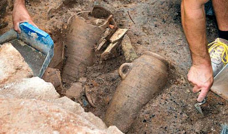 Algunas de las ánforas recuperadas en las excavaciones. (Fotografía: Cadena Ser/Radio Murcia)